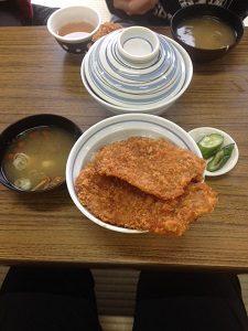 三峰神社 名物 わらじカツ丼